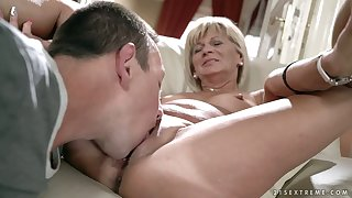 After kissing mature whore Diane Sheperd dude wanna eat her wet slit